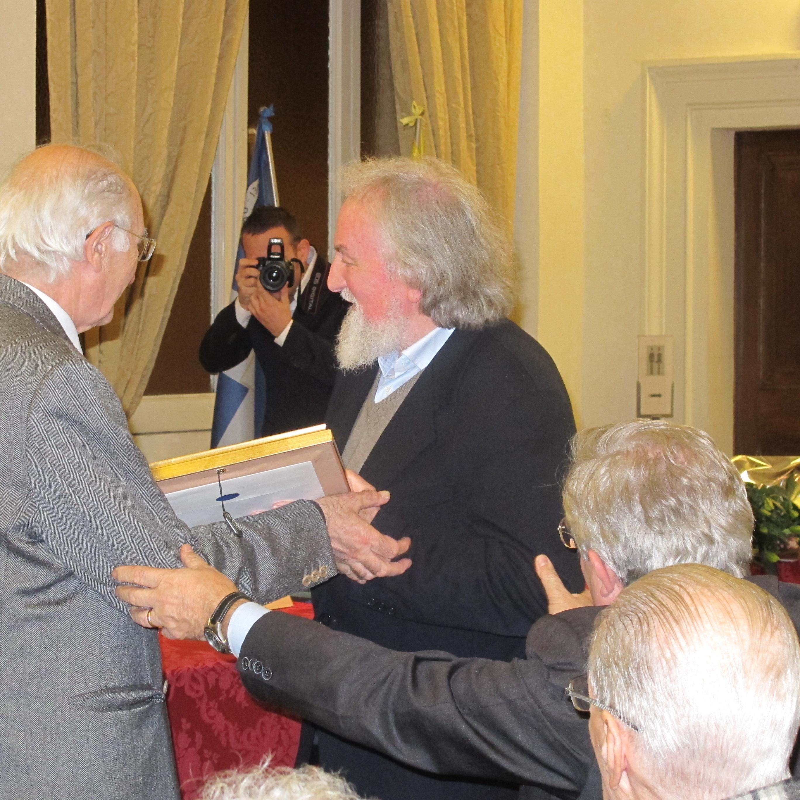 Giuseppe riceve il premio dal prof. Antonio Iodice. presidente dell'Istituto di Studi politici Pio V di Roma.
